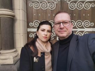 Alexander und Yana Harder vor dem Bismarck Mausoleum