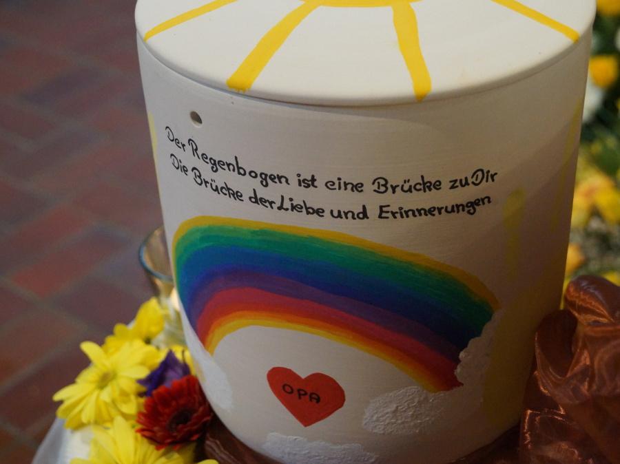 Eine selbstgestaltete Urne für die Trauerfeier
